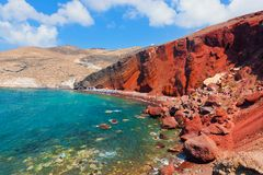 Röd strand på den Santorini ön, Grekland Vulkaniskt vaggar Royaltyfri Bild