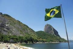 Röd strand Sugarloaf Rio Brazil för brasiliansk flagga Arkivbilder