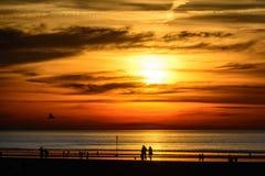 Röd strandsolnedgång Royaltyfri Foto