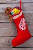Röd strumpa med gåvor royaltyfria foton
