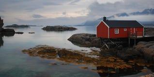 Röd stuga, Mortsund, Lofotens, Norge Royaltyfria Foton