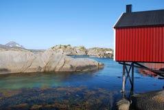 Röd stuga, Mortsund, Lofotens, Norge Royaltyfria Bilder