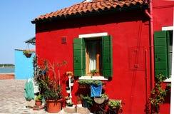 röd stuga som målas Arkivbilder