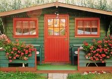 röd summerhouse arkivfoton