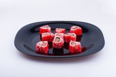 Röd sushi på den mörka plattan Royaltyfri Fotografi