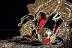 Röd svart guld- Venetian stilmaskeradmaskering arkivbilder