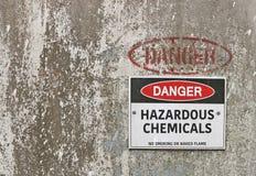 Röd svartvit fara, varnande tecken för farliga kemikalieer Arkivfoto