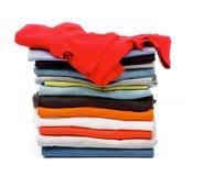 Röd T-tröja och kläder Arkivfoton