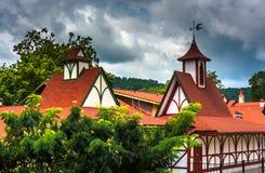 Röd-taklagd byggnad i Helen, Georgia Royaltyfria Bilder