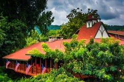 Röd-taklagd byggnad i Helen, Georgia Fotografering för Bildbyråer