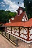 Röd-taklagd byggnad i Helen, Georgia Arkivbilder