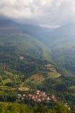 röd taklagd by för berg Royaltyfri Bild