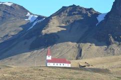 Röd taklagd kyrka i byn av Vik Iceland arkivfoton