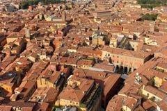 Röd takliggande av bolognaen, Italien Arkivfoton