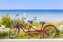 Röd tandemcykel Arkivfoto