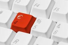 Röd tangent med eurosymbol Royaltyfri Bild