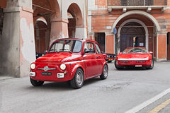 Röd tappningbil Fiat 500 Arkivfoto