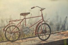 Röd tappningcykel under regn Arkivfoto