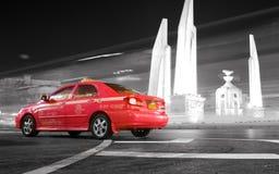 Röd taxi, Bangkok, Thailand Royaltyfria Bilder