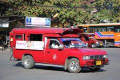 Röd taxi Chiang Mai, för passagerare från bussstation Arkivfoton