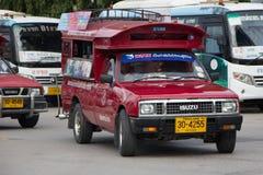 Röd taxi Chiang Mai, för passagerare från bussstation Royaltyfria Foton
