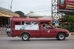 Röd taxi Chiang Mai, för passagerare från bussstation Arkivbilder