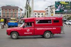 Röd taxi Chiang Mai, för passagerare från bussstation Royaltyfri Fotografi