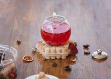 röd tea Tekanna av jordgubbete med kryddor på en träbakgrund Naturliga växt- drinkar för frukostkopieringsutrymme Royaltyfri Bild