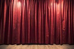 Röd teatergardin med ett wood etappgolv Fotografering för Bildbyråer