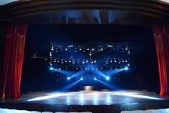 Röd teatergardin med strålar av ljus Arkivbild