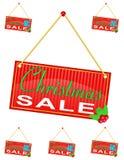 Röd teckenetikett med inskriftjulförsäljningen som hänger på a Royaltyfri Foto