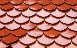 Röd tegelplatta av taket Arkivfoton