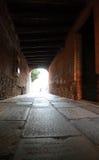 Röd tegelsten för tunnel i venice Italien royaltyfria bilder