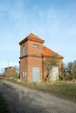 Röd tegelsten som pumpar stationen i träsket, Danmark, måndag fotografering för bildbyråer