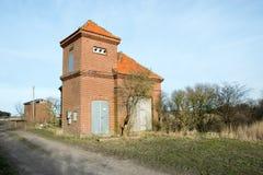 Röd tegelsten som pumpar stationen i träsket, måndag, Danmark Arkivbilder