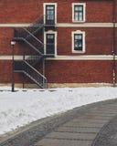 Röd tegelstenbyggnad Trappuppgång fasaden av byggnaden Denna är mappen av formatet EPS10 royaltyfria foton