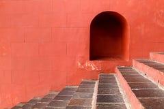Röd tegelstenvägg med trappa Arkivbild