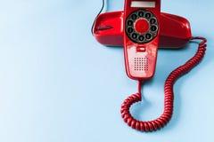 Röd telefon för tappning Arkivbild