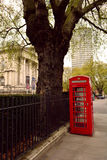 Röd telefonask i stadsmitten, London, UK Royaltyfri Bild