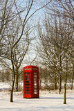Röd telefonask i vinter Arkivfoto