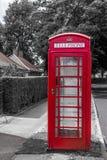 Röd telefonask med blå himmel fotografering för bildbyråer