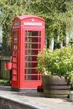 Röd telefonask på drevplattformen Royaltyfri Foto