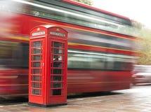 Röd telefoncabine och buss i London. royaltyfri fotografi