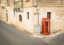 Röd telefonkabin i den gamla staden av Victoria i Gozo Malta Royaltyfri Bild