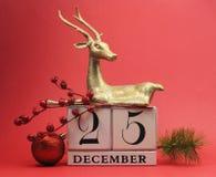 Röd temaräddning daterakalendern för juldagen, December 25. Arkivbild