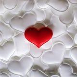Röd textilhjärta på vit hjärtabakgrund fotografering för bildbyråer