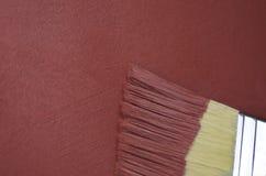 Röd texturerad målarfärg som appliceras med borsten Royaltyfri Foto
