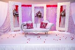 Röd themed bröllopetapp Arkivfoto