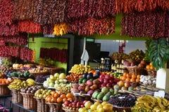 Röd till salu chili och tropiska frukter Royaltyfria Bilder