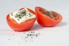 Röd tomat, fetaost, salt svart Arkivbild